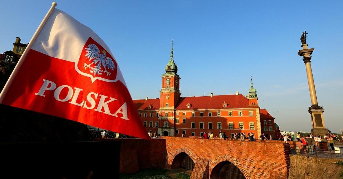 Польский флаг на фоне города