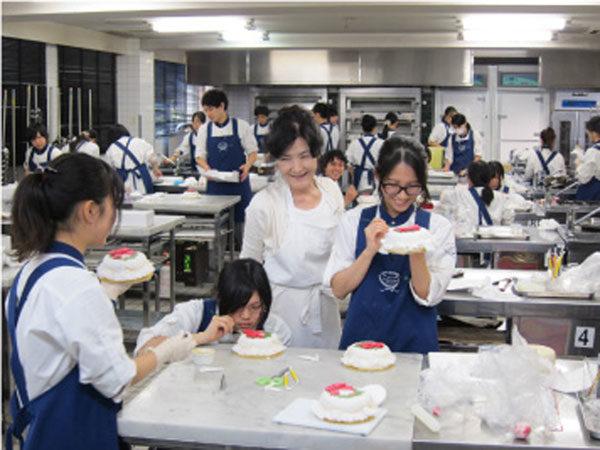 На уроке в специальной японской школе кулинарного искусства