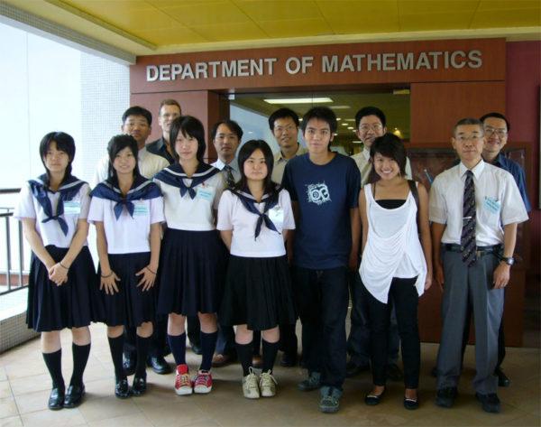 Учащиеся и учителя средней школы старшего уровня