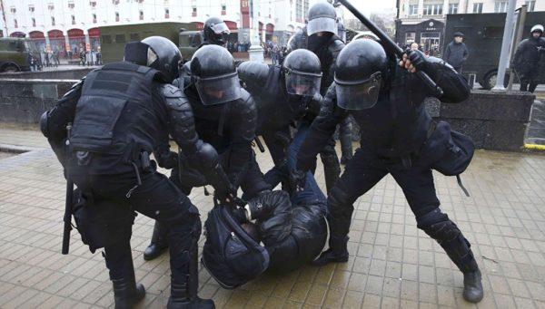 Задержание протестующего ОМОНом