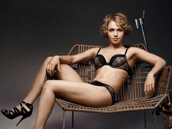 женщина в плетёном кресле в нижнем белье