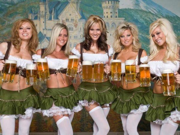Девушки с пивными чашками в руках