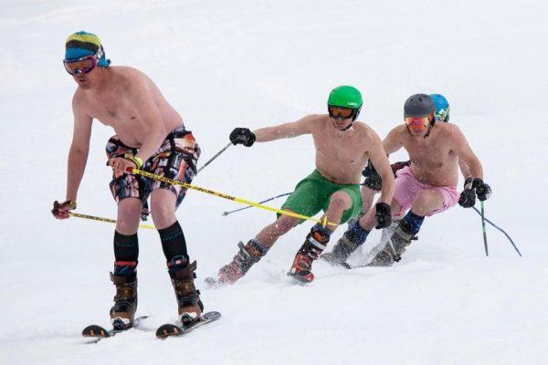 Туристы в шортах на спуске с горы
