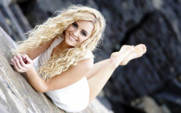 Девушка-блондинка с волнистыми волосами