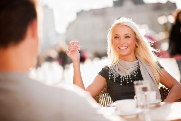 Девушка с мужчиной за столиком в кафе