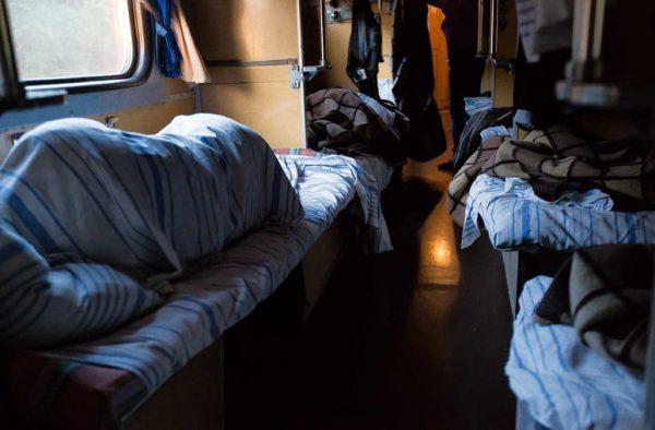 Спящие пассажиры в вагоне