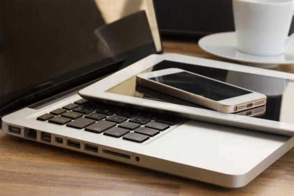 Ноутбук, планшет, телефон и чашка кофе