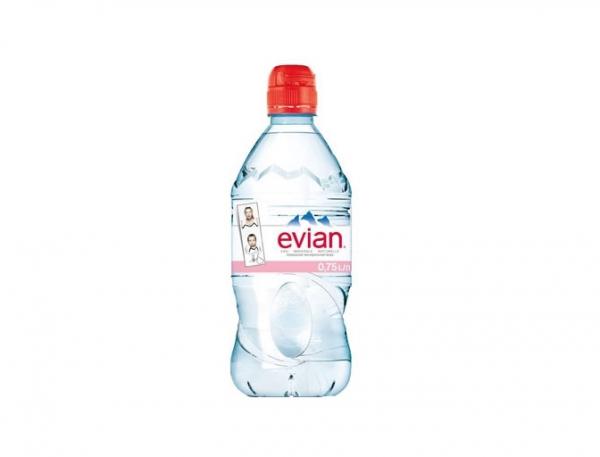 Вода в маленькой пластиковой бутылке