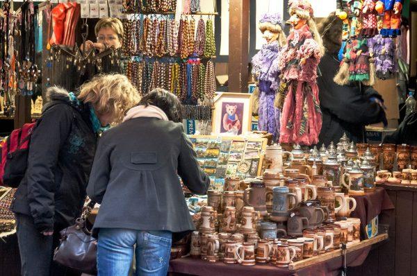 Покупатели в бутике сувениров