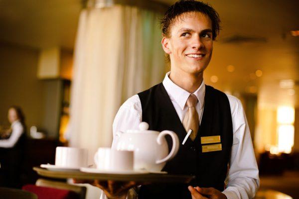 Официант улыбается