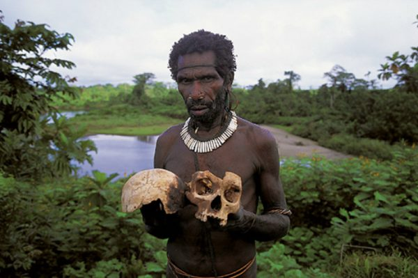 Представитель племени Короваи со скелетом