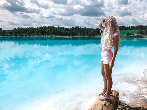 Девушка на фоне голубого озера
