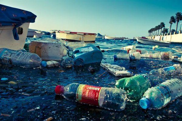 Пустые пластиковые бутылки в мусоре