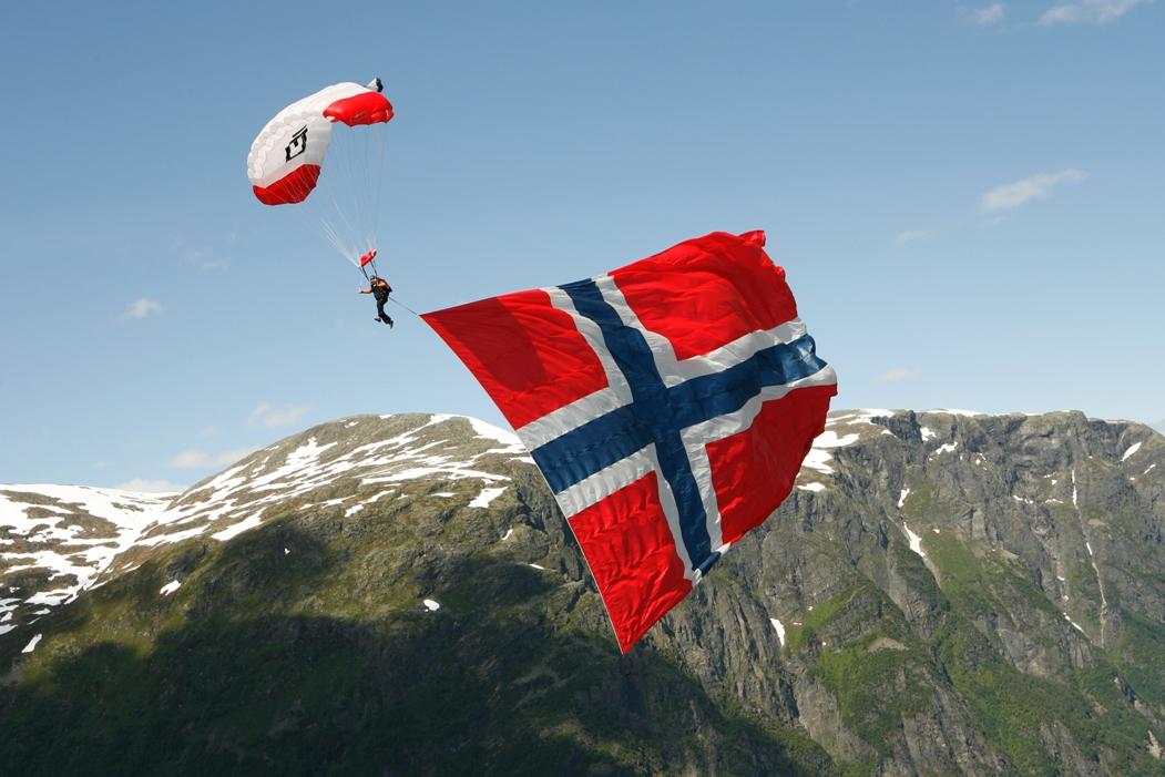 Человек летящий на парашюте в Норвегии на фоне гор
